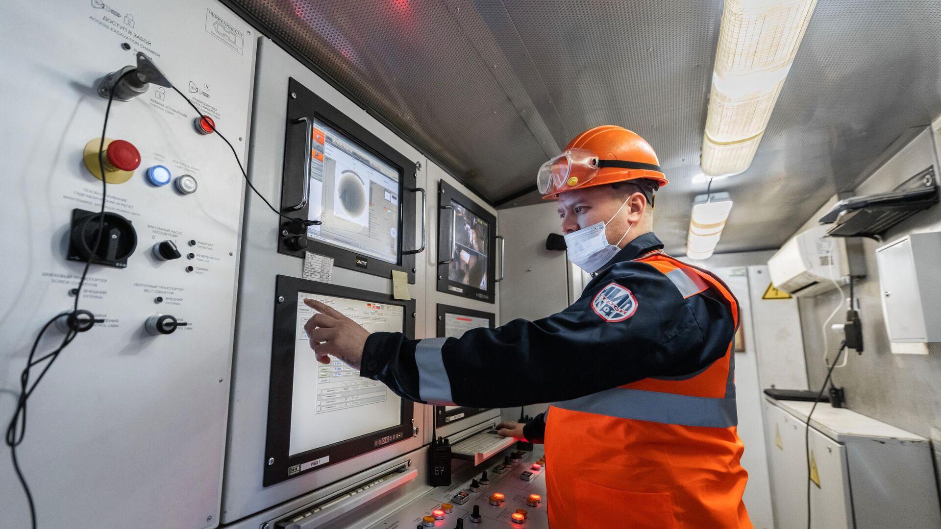 Рабочий возле пульта управления во время начала проходки двухпутного тоннеля на восточном участке БКЛ в Москве - РИА Новости, 1920, 01.07.2021