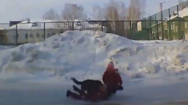 Кадры нападения бродячей собаки на детей в Новосибирске