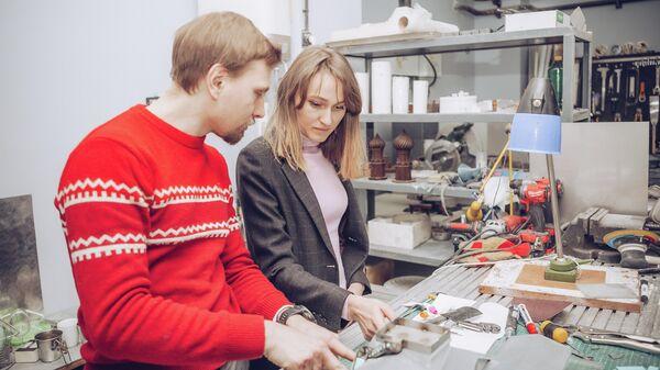 Инженер  Михаил Шу с Ксенией Дмитриевой, руководителем программы Особый Взгляд за работой над тактильной моделью