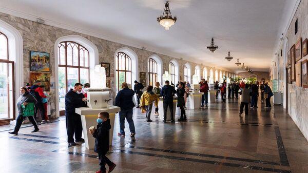 Люди в Нарзанной галерее в Кисловодске