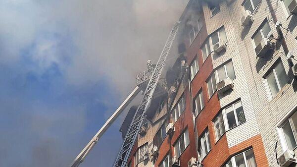 Сотрудники противопожарной службы тушат пожар в восьмиэтажном жилом доме в Анапе
