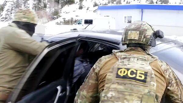 Сотрудники ФСБ России во время задержания лиц, причастных к восстановлению боевых свойств гражданских образцов оружия в подпольных мастерских и их сбыту