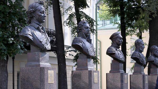 Аллея правителей около Музей военной формы в Москве