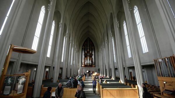 Прихожане в лютеранской церкви Хадльгримскиркья в Рейкьявике