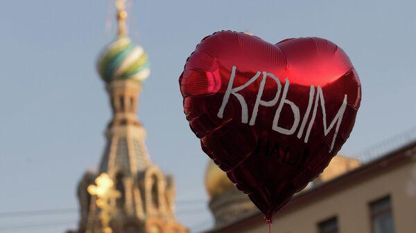 Воздушный шар во время праздничного митинга в Санкт-Петербурге в честь воссоединения Крыма и Севастополя с Россией