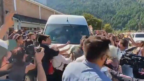 Скриншот видео, где протестующие блокируют проезд микроавтобуса, в котором находится президент Аргентины Альберто Фернандес