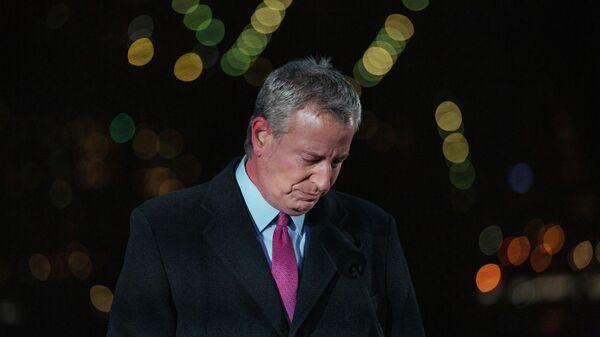 Мэр Нью-Йорка Билл де Блазио выступает на церемонии поминовения жителей Нью-Йорка, погибших во время пандемии Covid-19