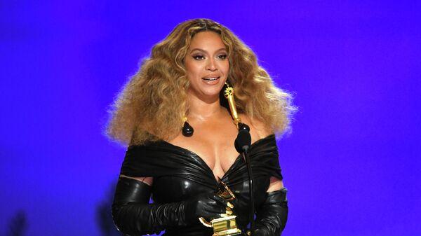 Бейонсе на сцене во время 63-й ежегодной церемонии вручения премии Грэмми