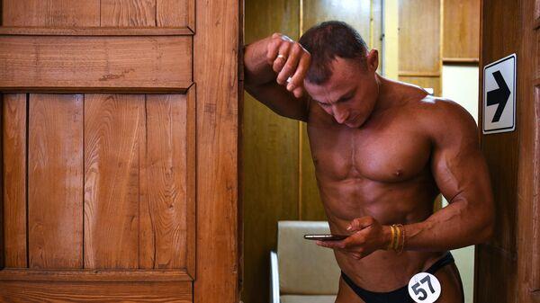 Спортсмен готовится к выступлению на Кубке Новосибирска по бодибилдингу в доме культуры им. Октябрьской Революции в Новосибирске