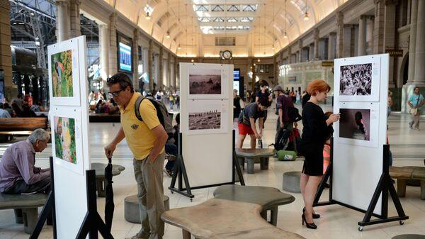 Посетители на выставке работ победителей Международного конкурса фотожурналистики имени Андрея Стенина на территории центрального железнодорожного вокзала Ретиро в Буэнос-Айресе