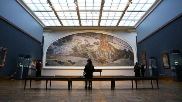 Посетители в зале М. А. Врубеля в Государственной Третьяковской галерее