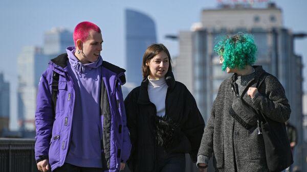 Молодые люди гуляют около Парка Горького в Москве