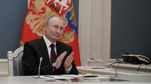 Президент РФ Владимир Путин принимает участие в режиме видеоконференции в церемонии запуска золотоизвлекательной фабрики Таласского золоторудного комбината