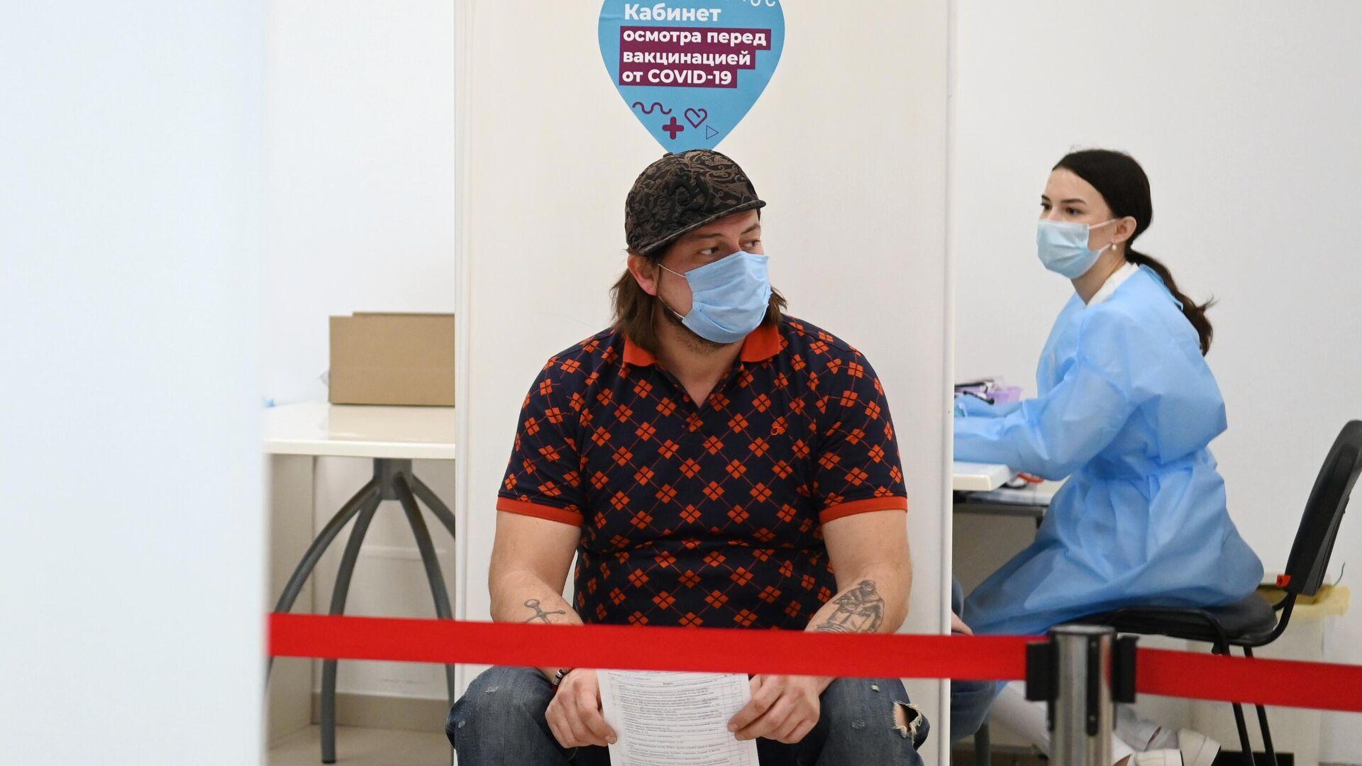 Мужчина перед вакцинацией от COVID-19 в мобильном пункте вакцинации в торговом центре Кунцево Плаза в Москве - РИА Новости, 1920, 22.03.2021