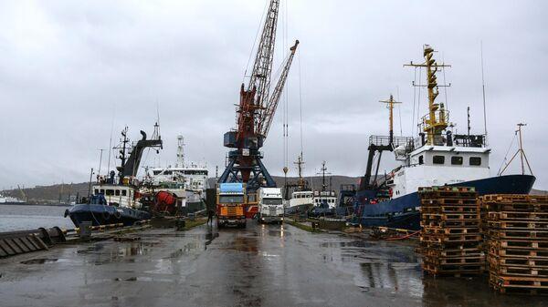 Разгрузка судов в порту Мурманска