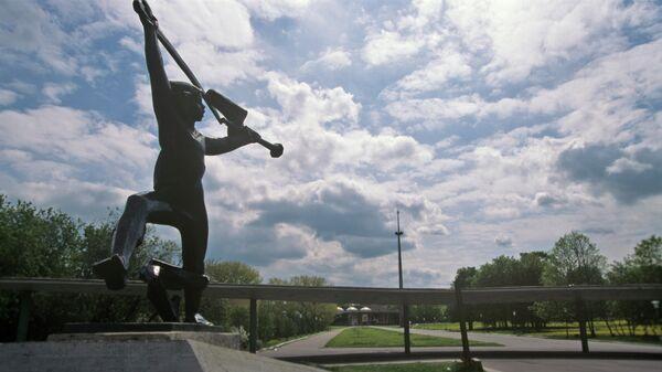 Скульптурная фигура Мальчиш Кибальчиш у входа на территорию Дворца детского творчества на улице Косыгина