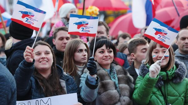 Зрители на праздничном концерте в честь седьмой годовщины Крымской весны в Симферополе