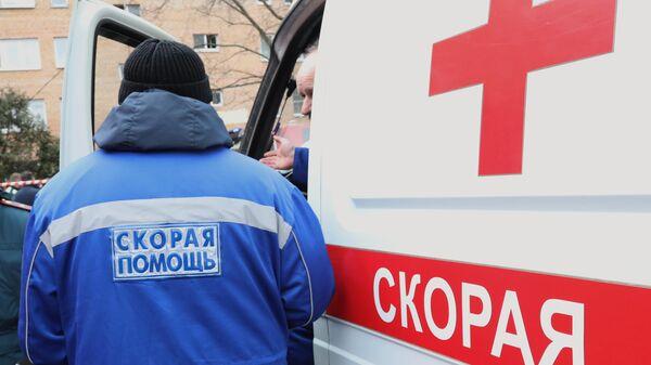 Сотрудники скорой помощи у жилого дома на улице Зеленой в Химках, пострадавшего от взрыва