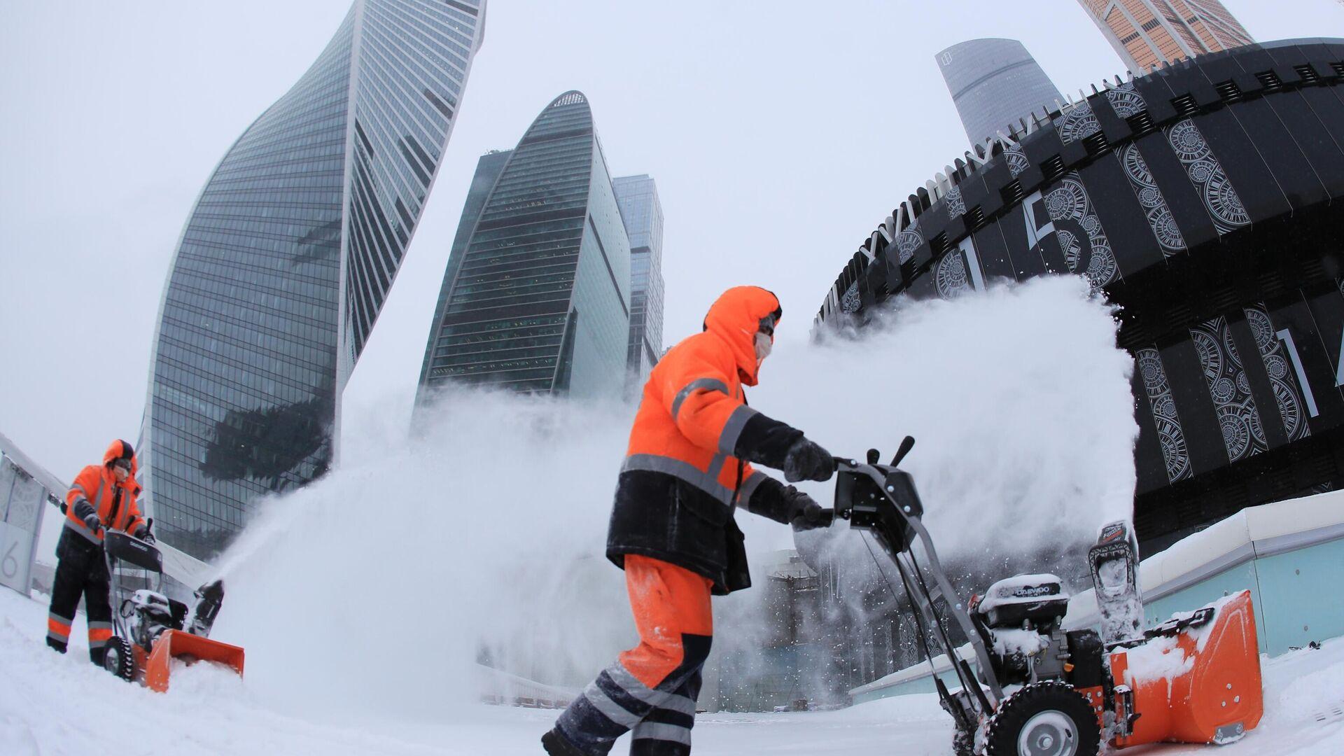 Сотрудники коммунальной службы убирают снег с площади у делового центра Москва-сити - РИА Новости, 1920, 30.06.2021