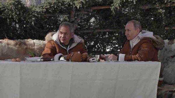 Президент РФ Владимир Путин и министр обороны РФ Сергей Шойгу во время отдыха в тайге