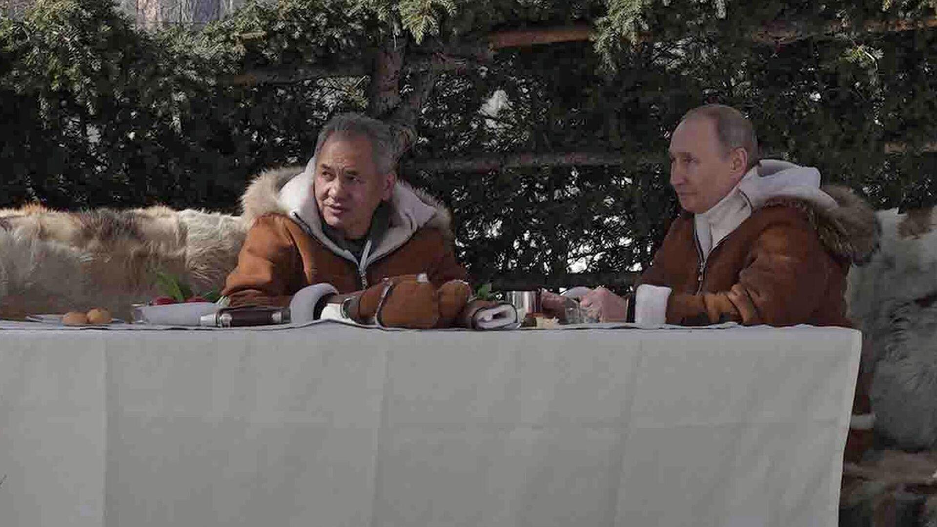Президент РФ Владимир Путин и министр обороны РФ Сергей Шойгу во время отдыха в тайге - РИА Новости, 1920, 23.03.2021
