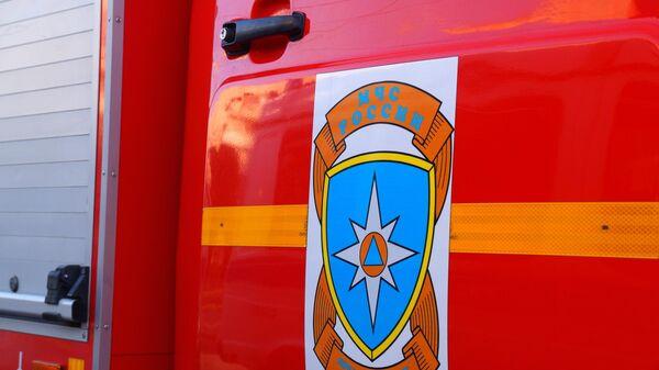 Эмблема МЧС России на служебном автомобиле.