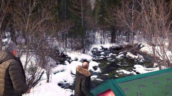 Скриншот видео, на котором Владимир Путин бросает монетку