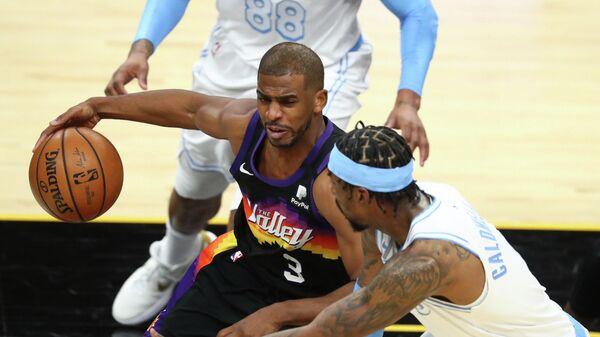 Защитник Финикс Санз Крис Пол в матче НБА против Лос-Анджелес Лейкерс
