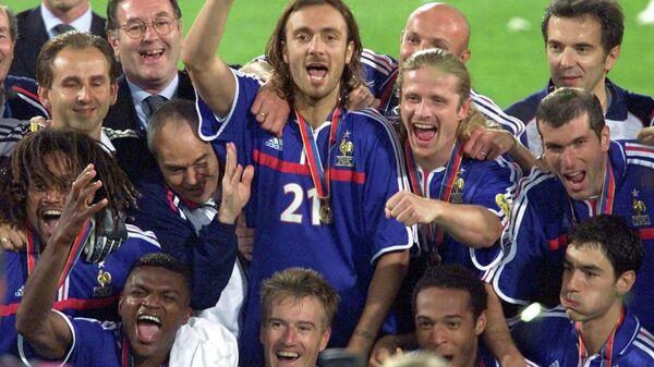 2000 год. Футболисты сборной Франции празднуют победу в финальном матче чемпионата Европы