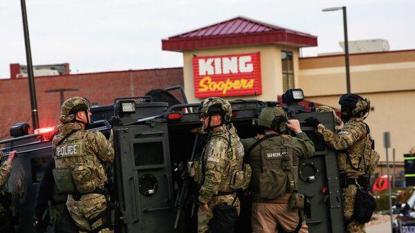 Место стрельбы в продуктовом магазине King Soopers в Боулдере, штат Колорадо, США