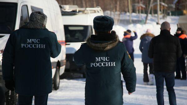 Сотрудники спасательной службы МЧС РФ у автомобилей оперативного штаба по координации действий по спасению детей, попавших под снежную лавину в Хибинах