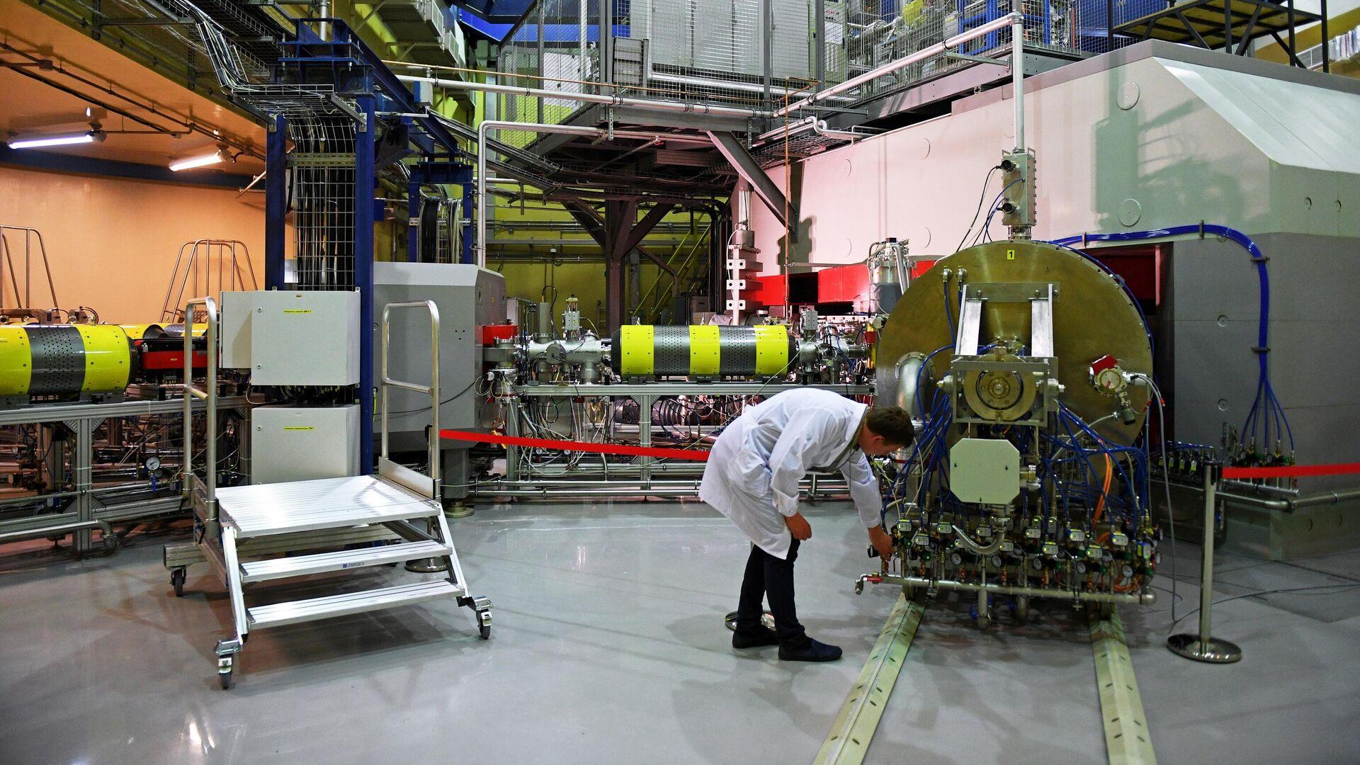 Запуск циклотрона ДЦ-280 в Объединенном институте ядерных исследований (ОИЯИ) в Дубне - РИА Новости, 1920, 26.03.2021