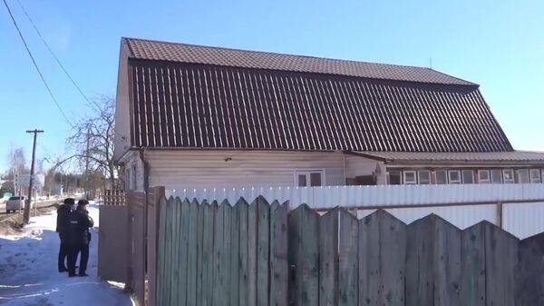 Сотрудники полиции у частного дома в Талдоме, где нашли истощенную девочку без одежды. Скриншот видео