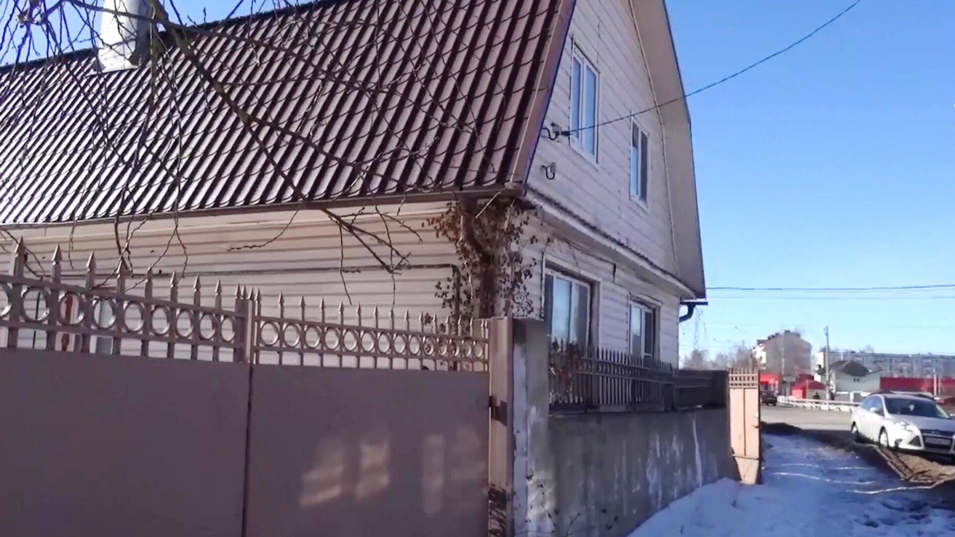 Частный дом в Талдоме, где нашли истощенную девочку без одежды. Скриншот видео - РИА Новости, 1920, 26.03.2021