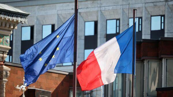 Флаги на территории посольства Франции в Москве