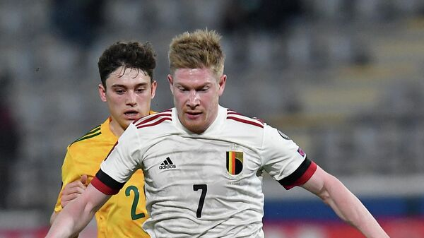 Belgium's midfielder Kevin De Bruyne (front) is challenged by Wales' forward Daniel James (R) during the FIFA World Cup Qatar 2022 qualification football match between Belgium and Wales at the Den Dreef Stadium in Leuven on March 24, 2021. (Photo by JOHN THYS / AFP)