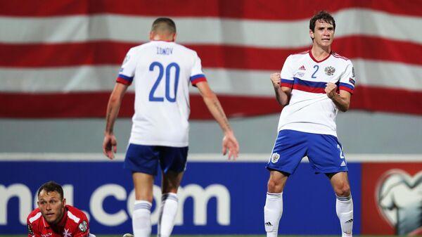 Защитник сборной России Марио Фернандес (справа) радуется голу