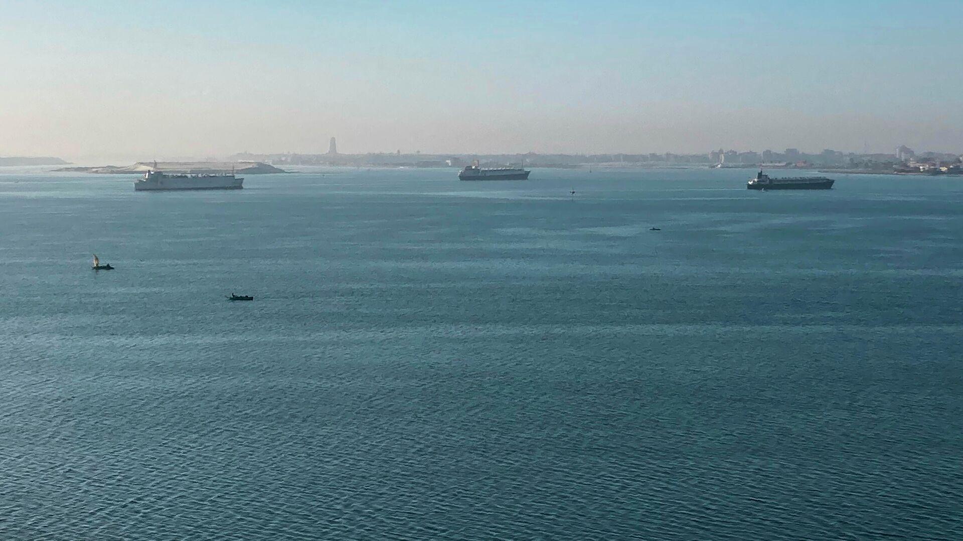 Корабли стоят на якоре в озере Тимсах, посередине Суэцкого перешейка. 25 марта 2021 - РИА Новости, 1920, 11.10.2021