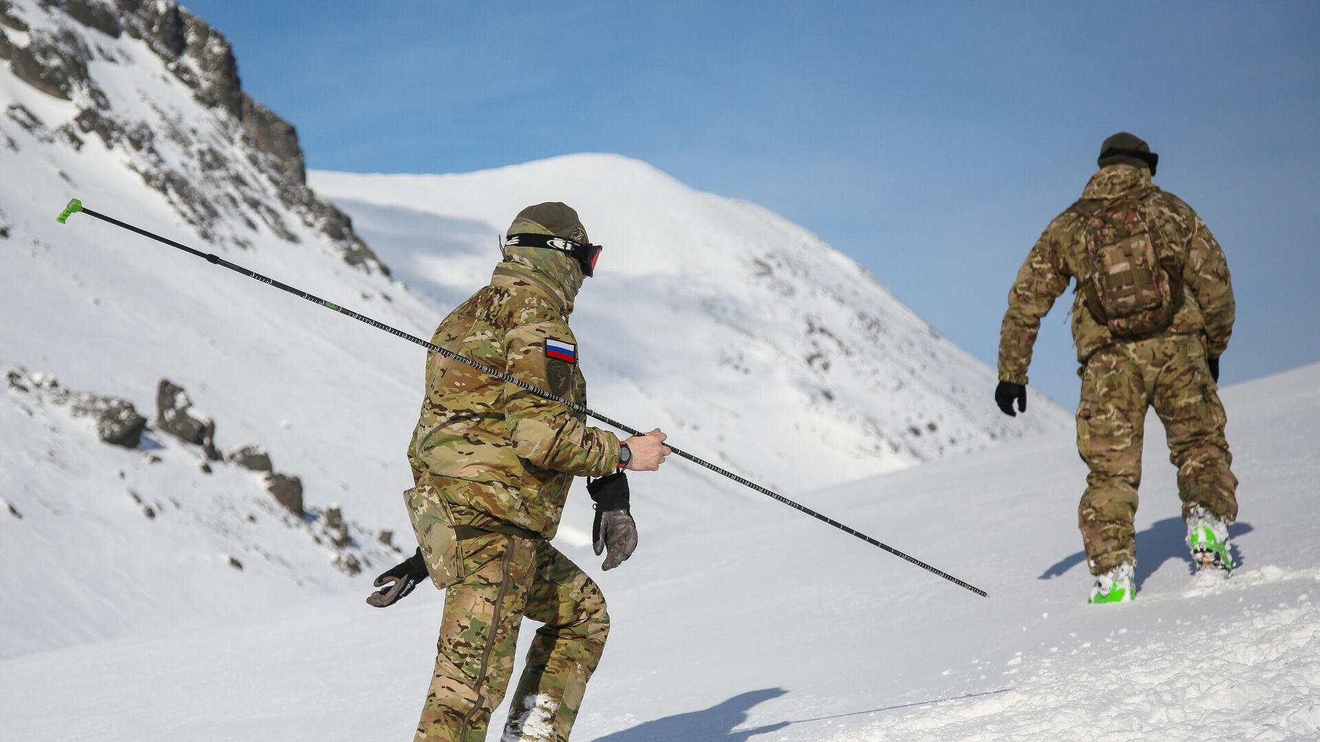 Военнослужащие подразделения Росгвардии во время занятий по горной подготовке в Хибинских горах - РИА Новости, 1920, 25.03.2021