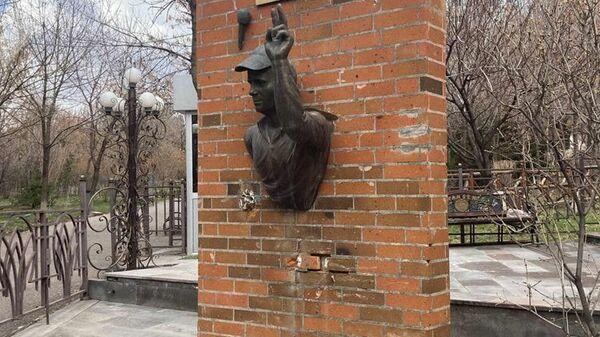 Памятник журналисту, установленный во дворе церкви Св. Богородицы в Ереване