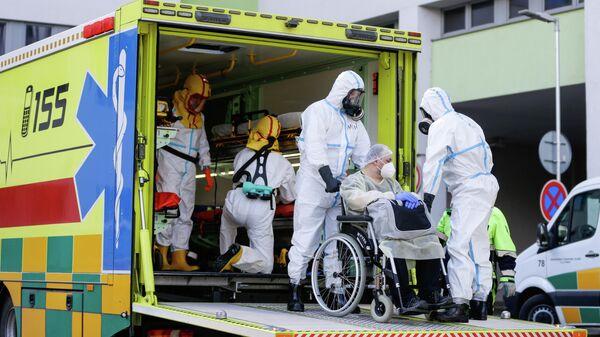 Сотрудники неотложной медицинской помощи Праги с пациентом в Ческа-Липа