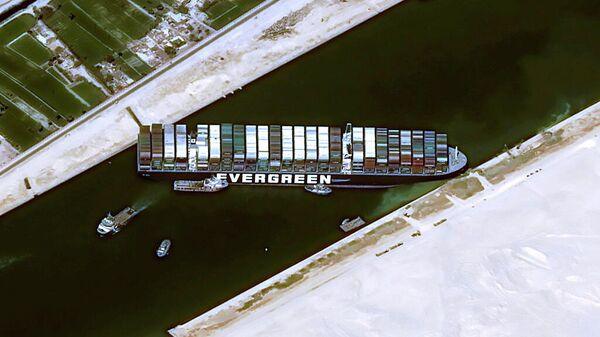 Контейнеровоз Ever Given, севший на мель в Суэцком канале