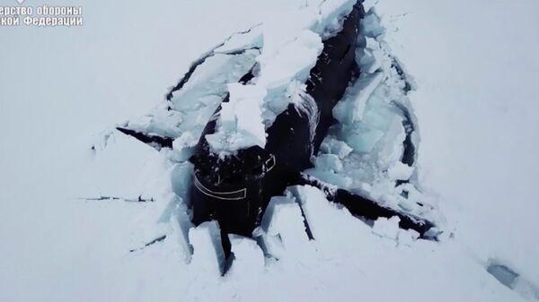 Три атомные подводные лодки одновременно всплыли, проломив лед в Арктике. Кадр видео