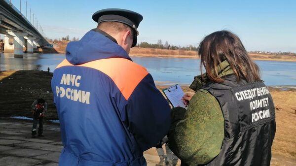 На месте разлива нефтепродуктов в акватории реки Волхов