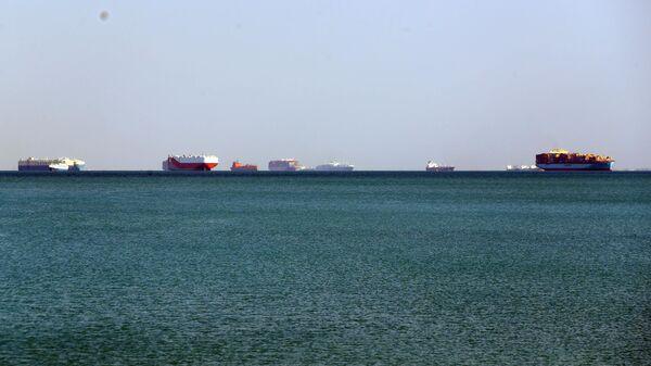 Морские суда ожидают прохода через Суэцкий канал