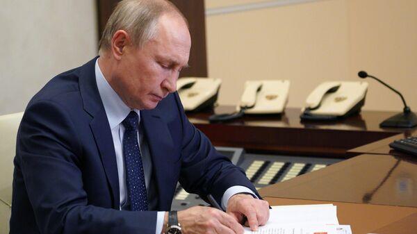 Президент РФ Владимир Путин проводит встречу в режиме видеоконференции с Олегом Мельниченко, в ходе которой подписал Указ о его назначении временно исполняющим обязанности губернатора Пензенской области