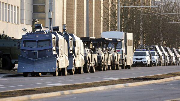 Полицейские водометы, припаркованные в центре Минска, перед акцией оппозиции