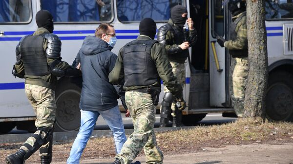 Задержание сотрудниками правоохранительных органов участника несанкционированной акции в Минске