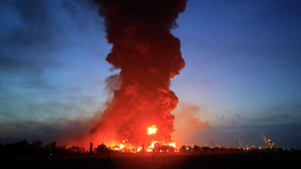 Последствия взрыва на территории НПЗ в населенном пункте Балонган, Индонезия