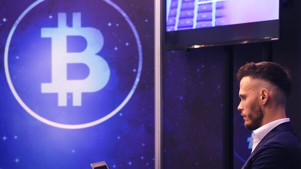 Участник конференции в одной из выставочных зон CryptoEvent RIW